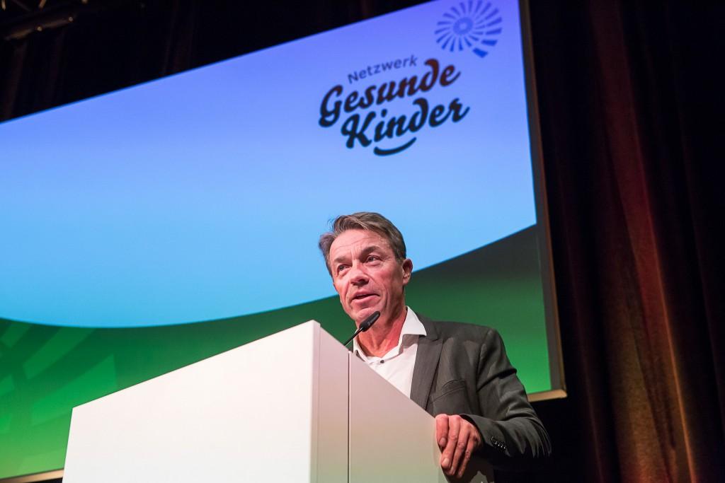 Netzwerk Gesunde Kinder Netzwerk-Feier 1. Dez 2016 Schinkelhalle Potsdam: Minister Günter Baaske am Rednerpult