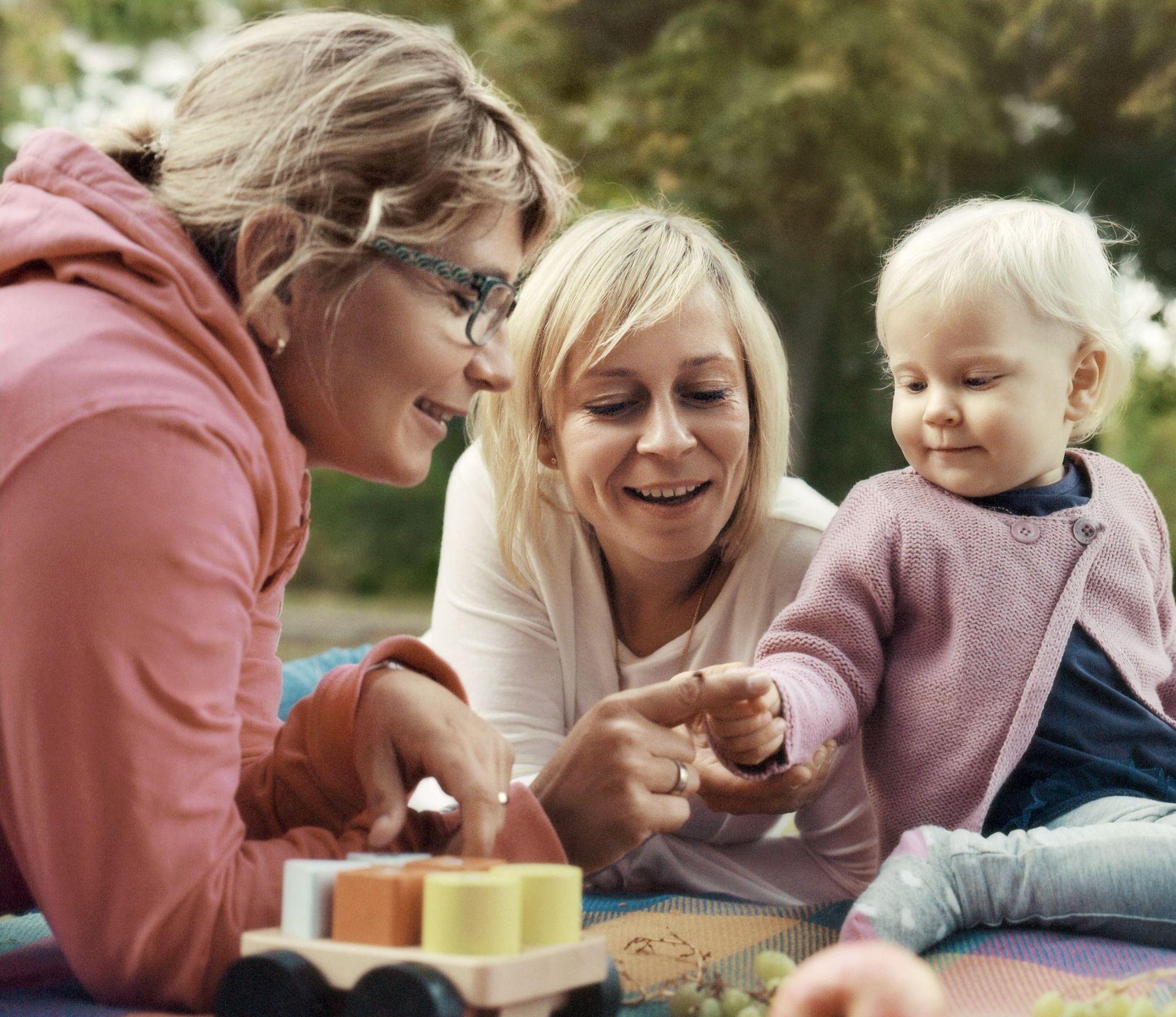 Familienpatin mit Mutter und Kind